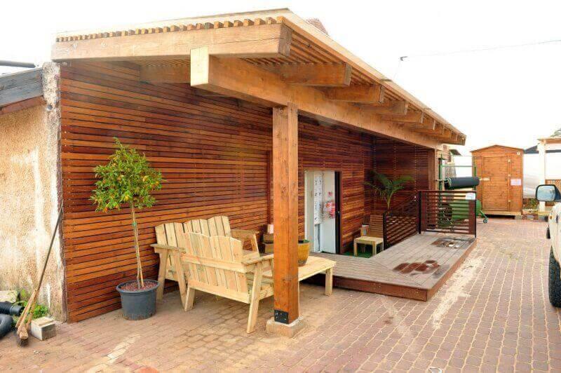 פרגולה מעוצבת מעץ איכותי בכניסה לבית מעץ